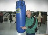 blauer boxsack mit trainer